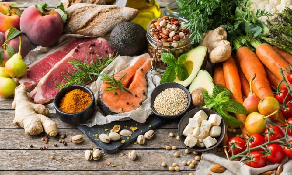 O que comer na menopausa – Alimentos para incluir ou evitar na dieta