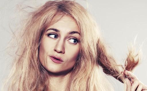 O que causa frizz no cabelo? Causas e soluções