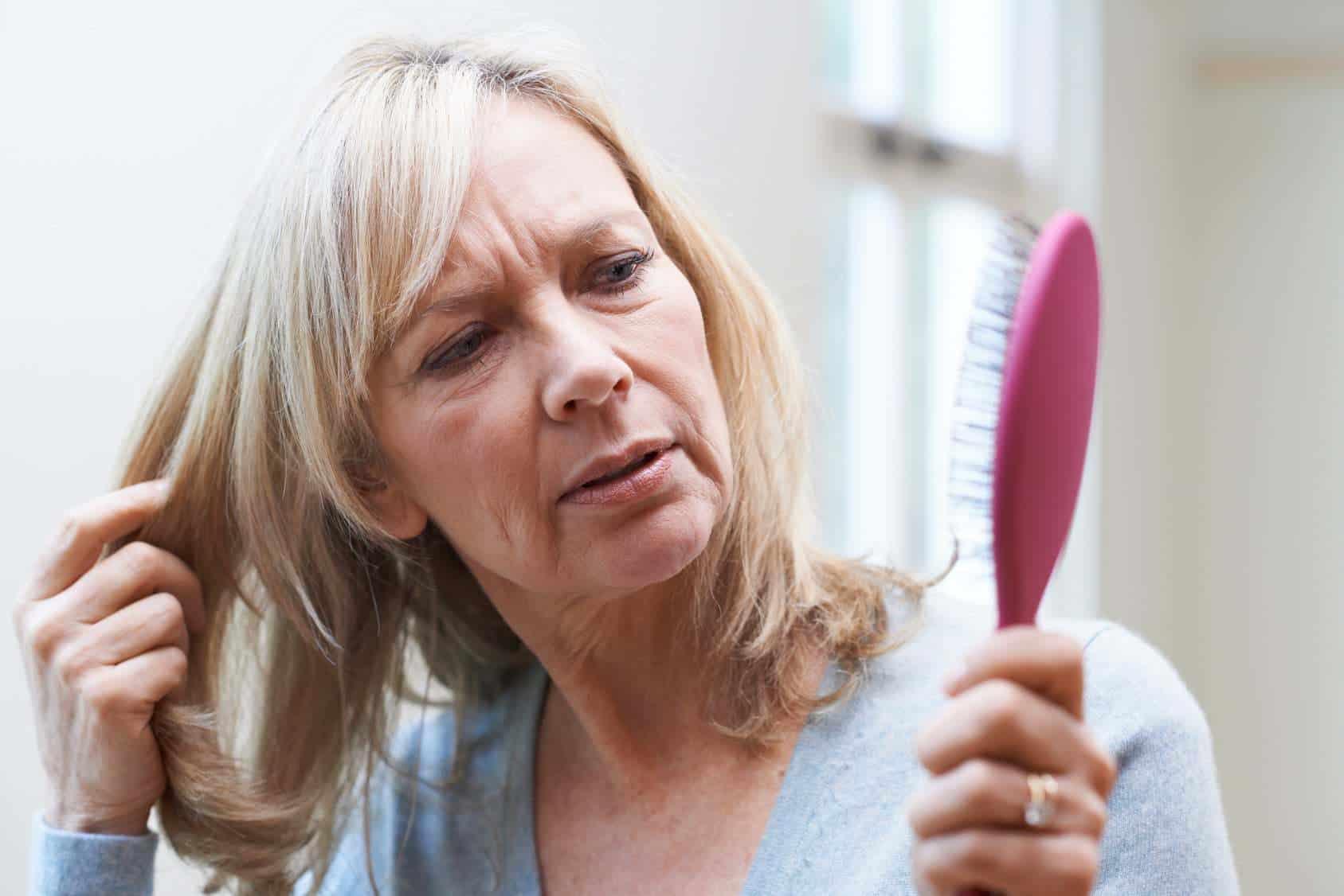 O que causa frizz no cabelo