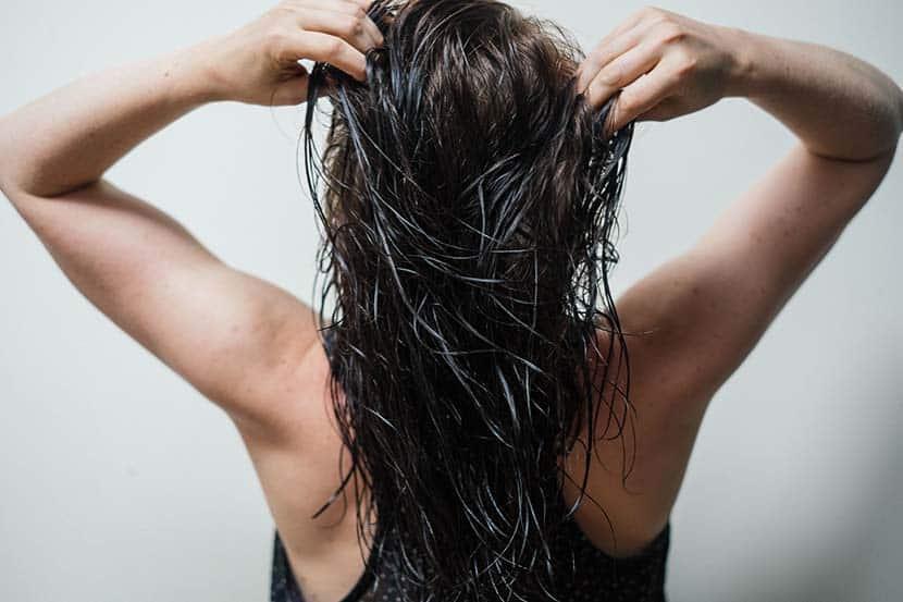 Parar de usar shampoo faz bem para a saúde e aparência do cabelo