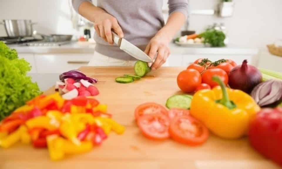 O que são calorias negativas? Mitos e verdades sobre emagrecimento